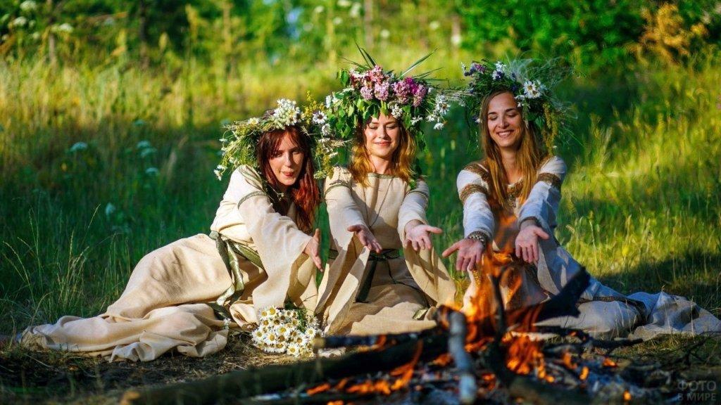 На Троицу девушки сжигали девушки прошлогодние венки, которые не уплыли. Начинался новый цикл.