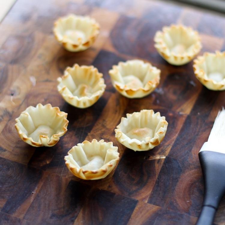 Формы для тарталеток смазать сливочным маслом