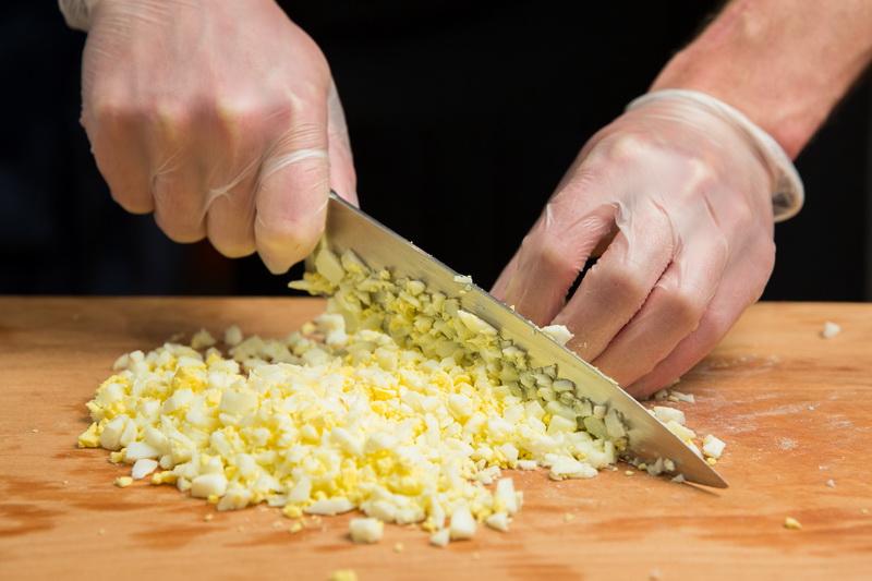 Яйца мелко порубить ножом